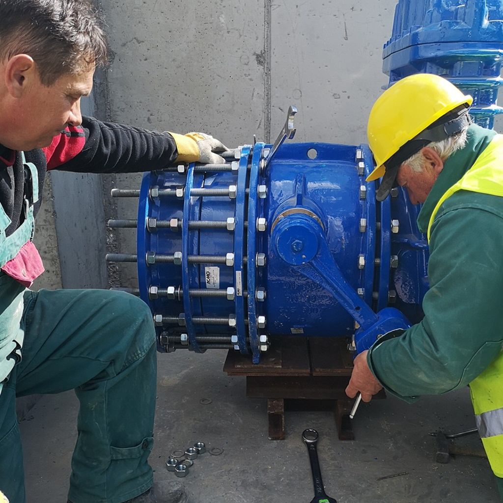 AVK-ACMO tilting disc check valve and dismantling joint installation