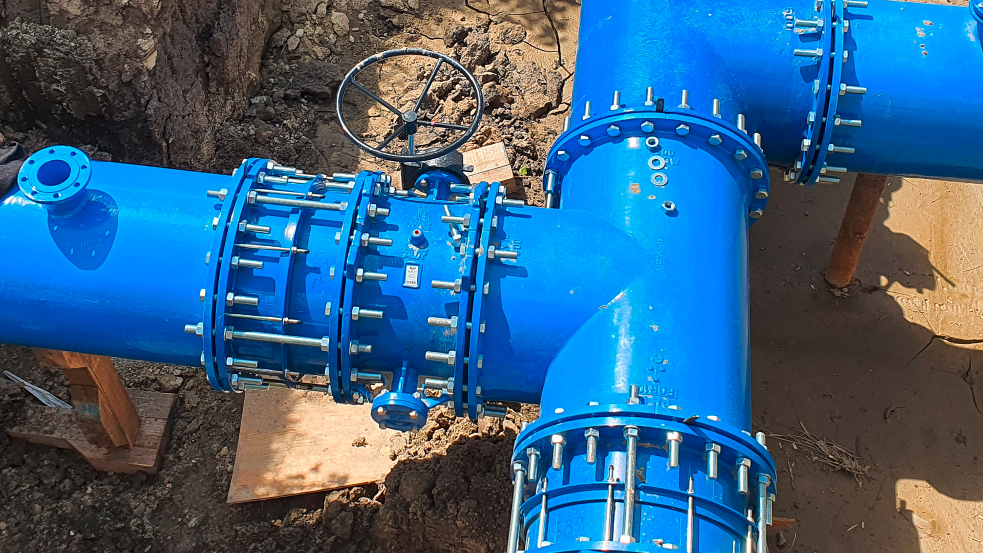 AVK double eccentric butterfly valves, dismantling joints and Supa Maxi™ installed at water transmission pipeline reconstruction